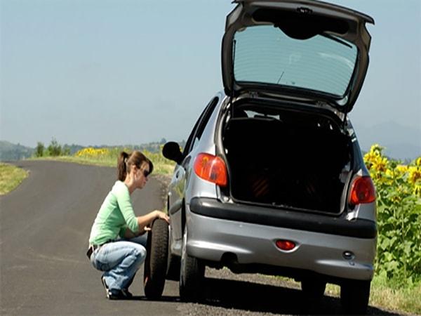 Hướng dẫn cách xử lý khi ô tô thủng lốp giữa đường