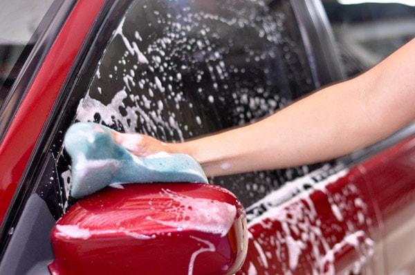 Để giữ nước sơn ô tô bền màu nên rửa xe thường xuyên
