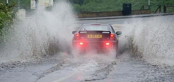 Né các vũng nước ra cũng là cách làm an toàn khi lái xe dưới trời mưa