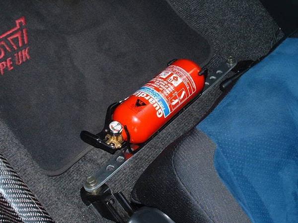 Khu vực cốp xe phía sau là nơi lý tưởng để bình chữa cháy do được che chắn kín khỏi nhiệt độ bên ngoài