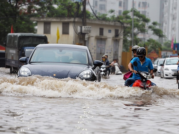 Kinh nghiệm lái xe ô tô đường ngập nước không chết máy