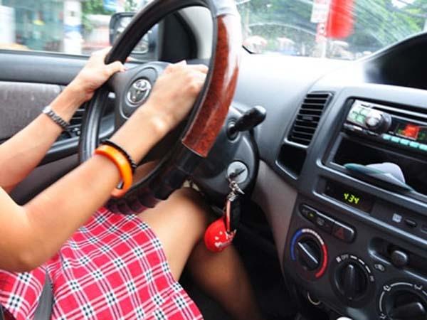 Những thói quen xấu khi lái xe của phụ nữ khiến xe nhanh hỏng