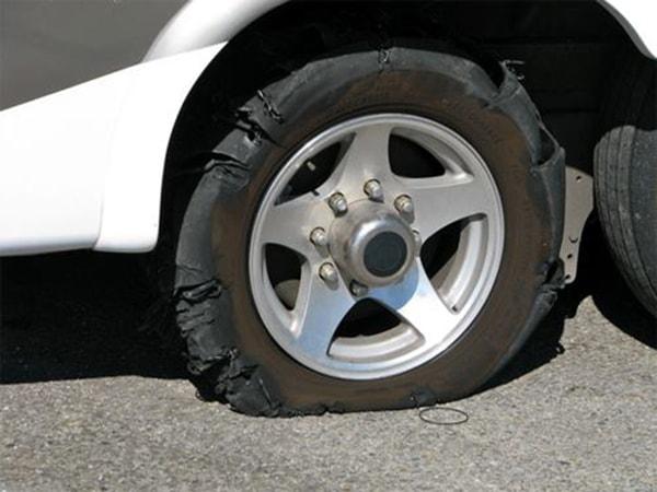 Thao tác xử lý nhanh khi ô tô nổ lốp