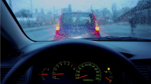 Chạy xe ô tô khi trời mưa