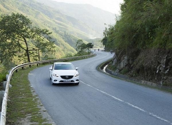 Cách lái xe ô tô an toàn khi xuống dốc, đổ đèo