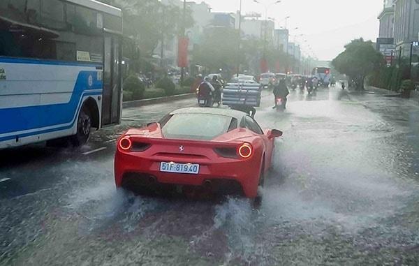 Kinh nghiệm lái xe ô tô khi đường bị ngập nước