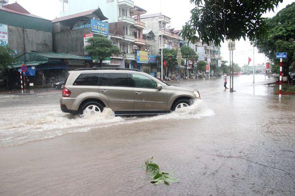 Một số lưu ý khi lái xe qua đoạn ngập nước