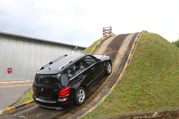 Lái xe ô tô số sàn lên dốc cần những chú ý nhất định
