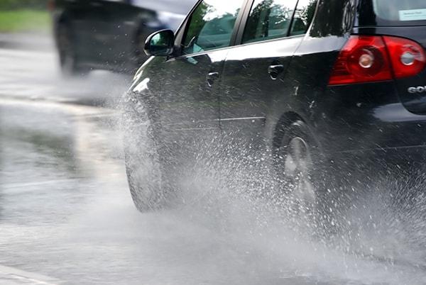 Lưu ý khi lái xe trời mưa trên đường cao tốc đảm bảo an toàn