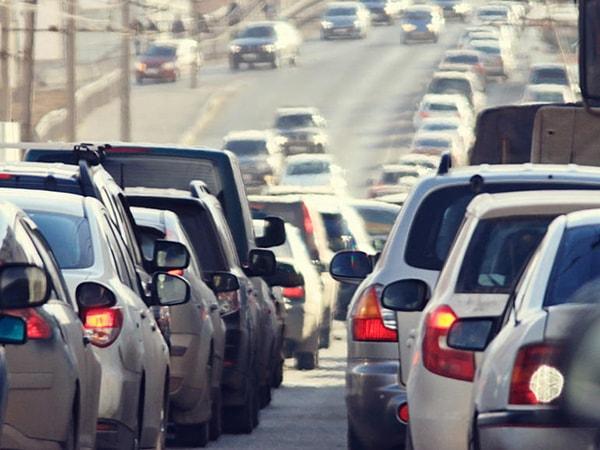 Sử dụng côn và ga nhịp nhàng là bí kíp đi xe số sàn khi tắc đường.