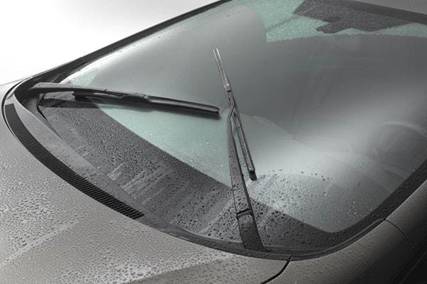 Bạn cần sử dụng gạt nước khi đi trời mưa.