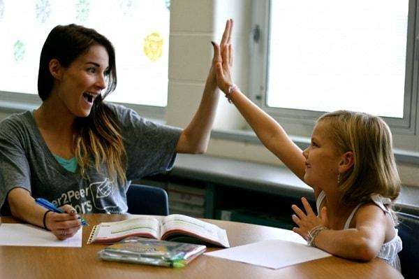Gia sư nên nói chuyện cởi mở vui vẻ với học sinh