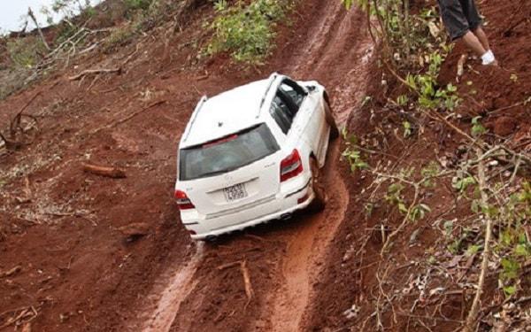 Bí quyết lái xe khi xe bị kẹt trên dốc bạn cần biết? 1
