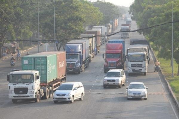 Hướng dẫn cách lái xe an toàn khi gặp xe tải 1