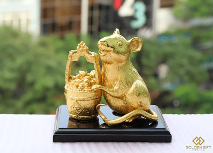 Tượng chuột vàng đặt trên xe rất hợp với người tuổi 1984